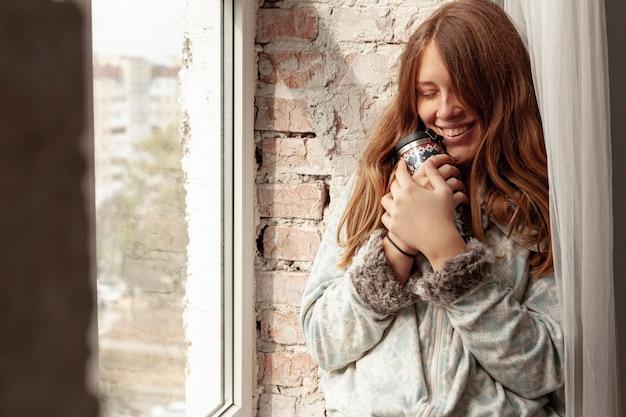 Mittlerer schuss glückliches mädchen mit flasche Kostenlose Fotos