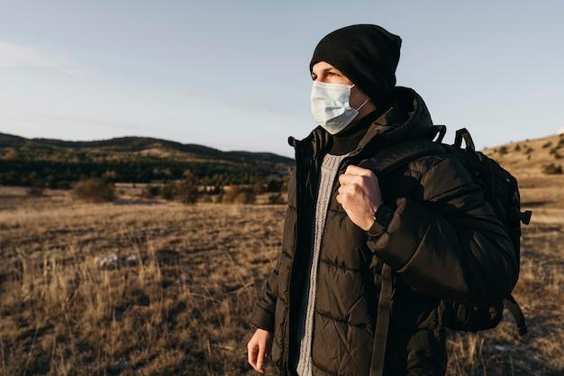 Mittlerer schuss mann, der maske trägt Kostenlose Fotos