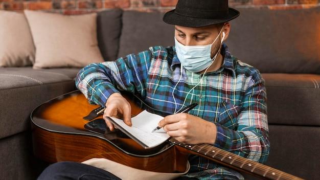 Mittlerer schuss mann, der medizinische maske trägt Kostenlose Fotos