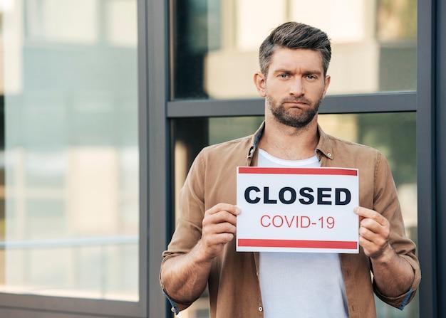 Mittlerer schuss trauriger mann während der pandemie Kostenlose Fotos