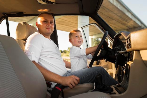 Mittlerer schuss vater und kind im auto Premium Fotos