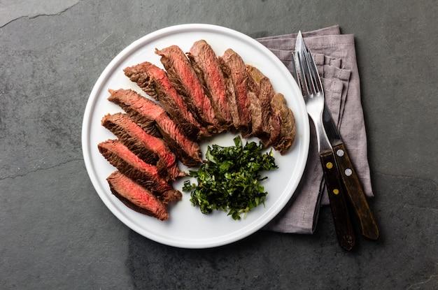Mittleres rindfleischsteak auf weißer platte Premium Fotos