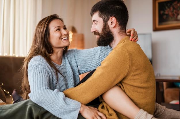 Mittleres schuss glückliches paar zu hause Kostenlose Fotos
