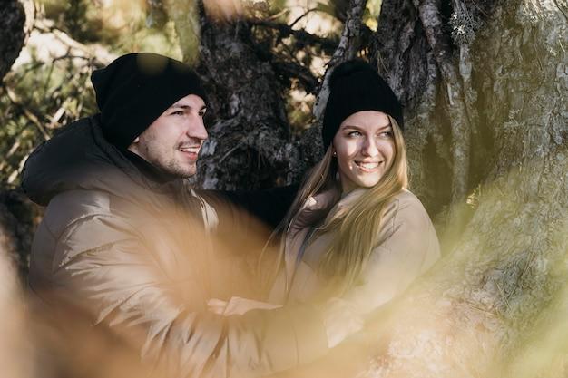 Mittleres schuss smiley-paar in der natur Kostenlose Fotos