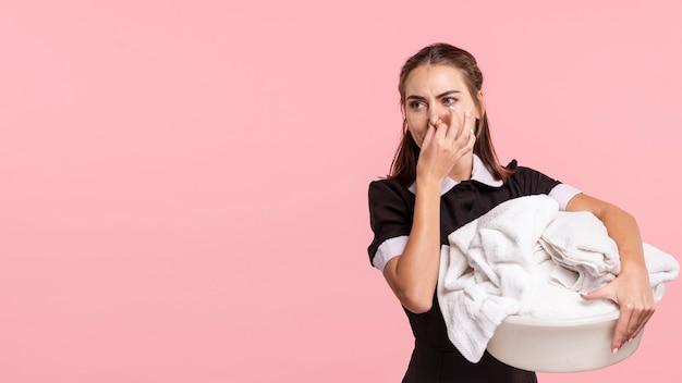 Mittleres schussmädchen, das einen stinkenden wäschekorb hält Kostenlose Fotos