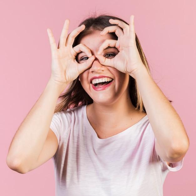 Mittleres schussmädchen mit fingergläsern Kostenlose Fotos