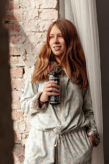 Mittleres schusssmileymädchen mit flasche Kostenlose Fotos