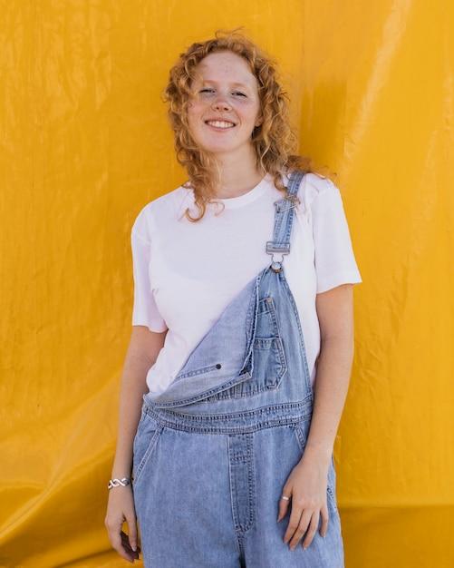 Mittleres schusssmileymädchen mit gelbem hintergrund Kostenlose Fotos