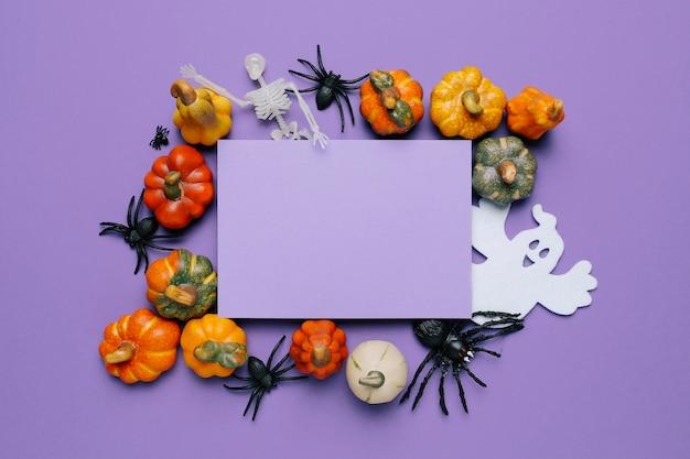 Mock up einladung für eine halloween-party mit lila farben Kostenlose Fotos