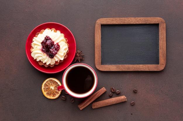 Mock-up mit kuchen in flachlage Kostenlose Fotos