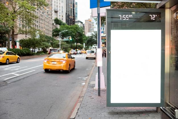 Mock-up plakat in der bushaltestelle Kostenlose Fotos