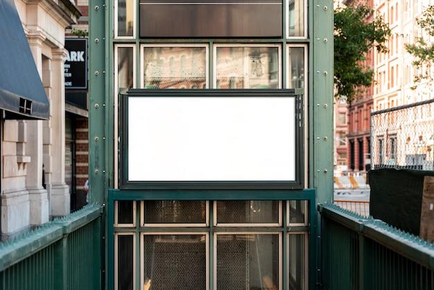 Mock-up plakatwand über u-bahn eingang Kostenlose Fotos