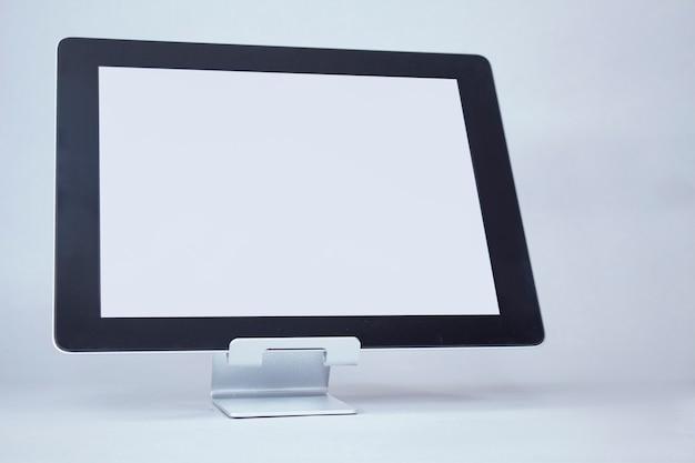 Mock-up-tablet mit weißem display auf einem licht Premium Fotos