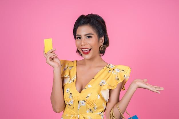 Mode frauen genießen mit einkaufstasche und kreditkarte einkaufen Kostenlose Fotos