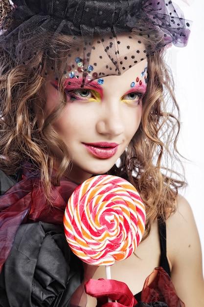 Mode geschossen von der frau in der puppeart. kreatives make-up. fantasie dr. Premium Fotos