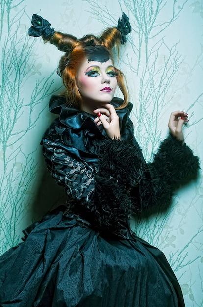 Mode geschossen von der frau in der puppeart. kreatives make-up. Premium Fotos