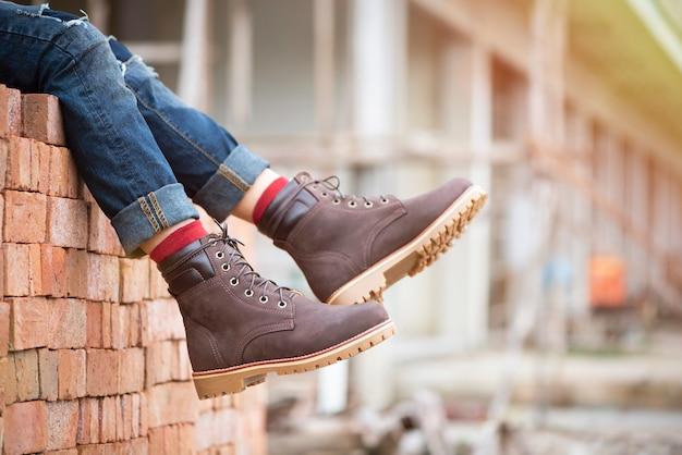 Mode männerbeine in jeans und braunen stiefeln für männer kollektion. Premium Fotos