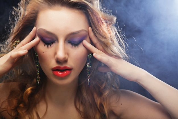 Mode-modell, das im studio aufwirft Premium Fotos