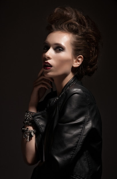 Mode-rocker-art vorbildliches girl portrait. frisur. rocker- oder punkfrauen-makeup Premium Fotos
