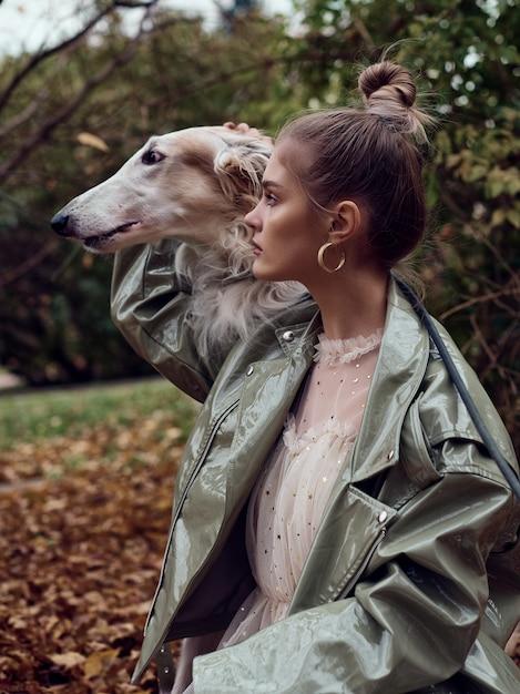 Modeart foto einer stilvollen frau mit einem hund Premium Fotos