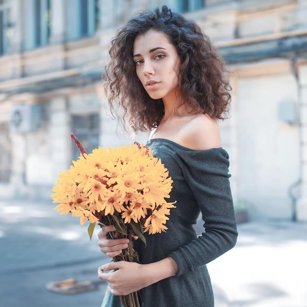 Modeartfoto einer jungen frau Kostenlose Fotos