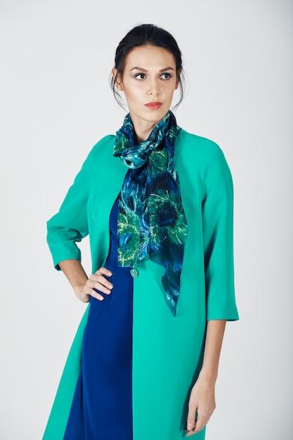 Modefoto der jungen ausgezeichneten frau in einem türkiskleid Kostenlose Fotos
