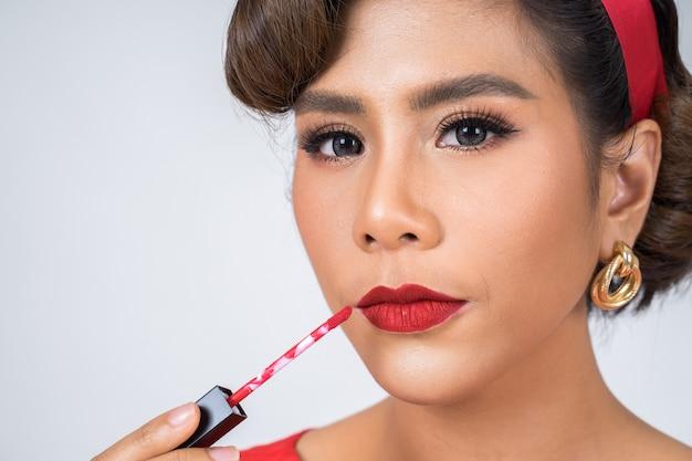 Modefrauenhand, die lippenpflege hält Kostenlose Fotos
