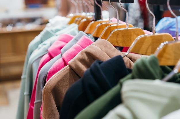 Modekleidung auf kleiderbügeln auf der messe Kostenlose Fotos