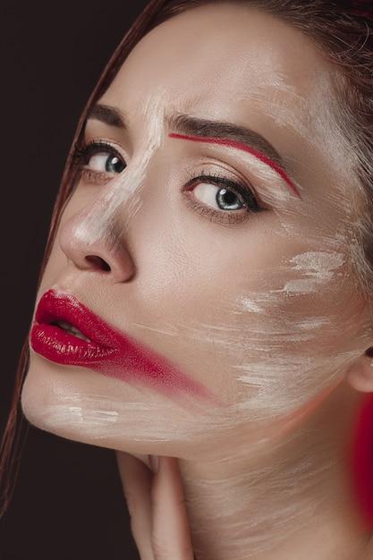 Model model frau mit farbigem gesicht gemalt. schönheitsmodekunstporträt der schönen frau mit buntem abstraktem make-up. Kostenlose Fotos