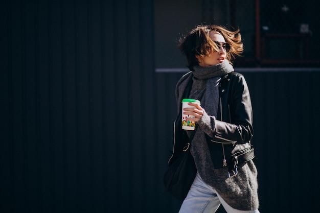 Modell der jungen frau in der lederjacke außerhalb der straße Kostenlose Fotos