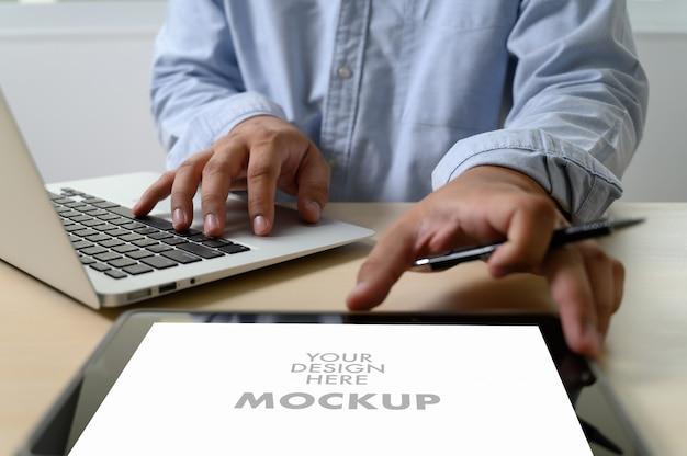 Modell des geschäftsmannes, der laptopschirm für ihre werbetextnachricht verwendet Premium Fotos