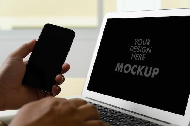 Modell des geschäftsmannes unter verwendung des laptopschirmes Premium Fotos