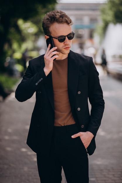 Modell des jungen mannes, das telefon verwendet Kostenlose Fotos