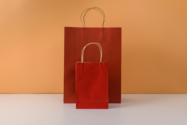 Modell des leeren handwerkspakets oder der bunten papiereinkaufstasche mit griffen Premium Fotos