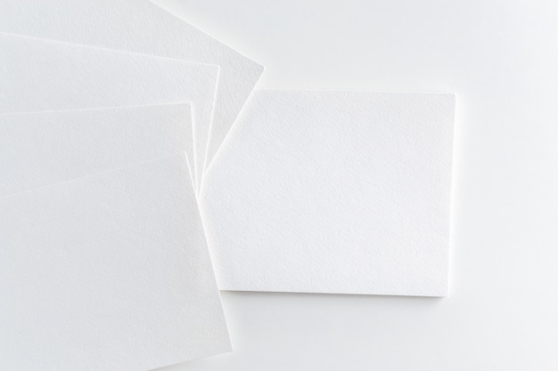 Modell des visitenkartestapels am weißbuchhintergrund Premium Fotos