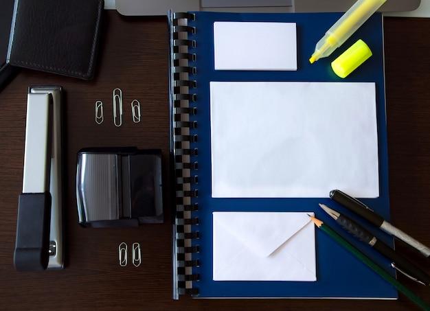 Modell mit bürogegenständen auf einem schreibtisch mit raum zum schreiben Premium Fotos