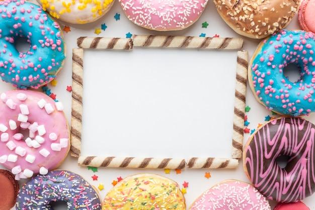 Modell mit süßigkeiten und donuts Kostenlose Fotos
