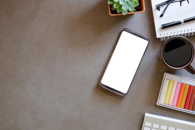 Modell smartphone mit leeren bildschirm am arbeitsplatz. Premium Fotos