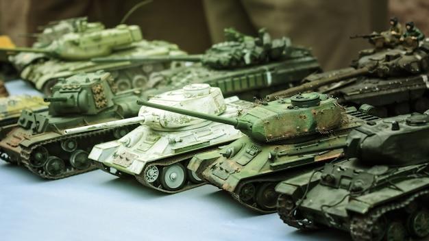 Modell spielzeug miniatur sowjetischen panzer. verschiedene tarnung militär panzer Premium Fotos