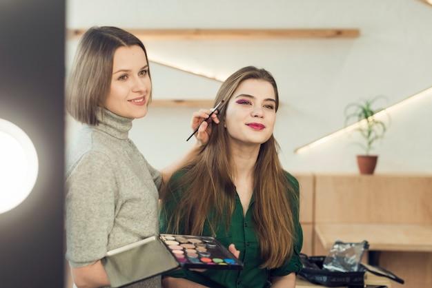Modell Und Stilist Die Spiegel Betrachten Download Der