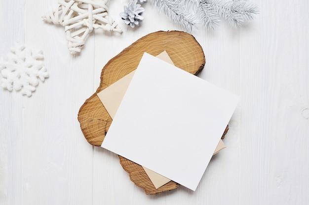 Modell-weihnachtsgrußkartenbuchstabe im umschlag mit weißem baum Premium Fotos