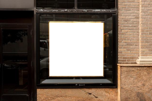 Modellanschlagtafel auf einem gebäudefenster Kostenlose Fotos