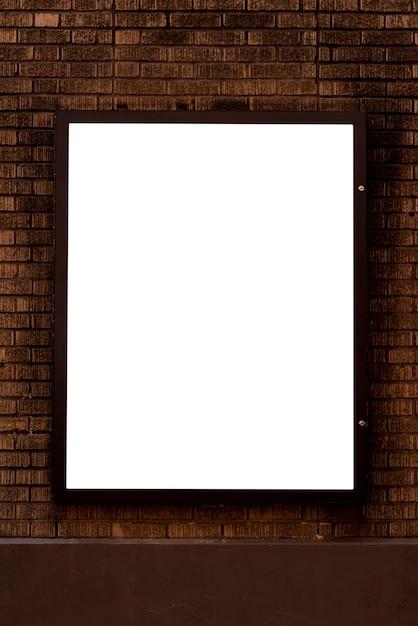 Modellanschlagtafel auf einer backsteinmauer Kostenlose Fotos