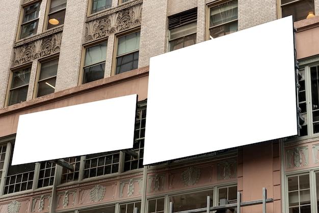 Modellanschlagtafeln auf einem stadtgebäude Kostenlose Fotos