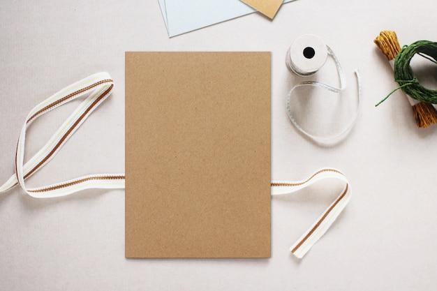 Modellbild der brown-papier-einladungs-karte, flaches lay-design Premium Fotos
