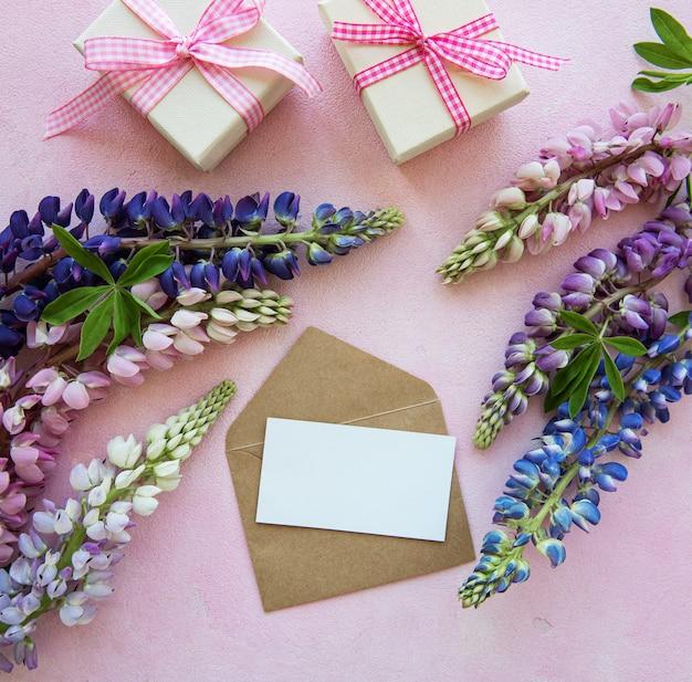 Modellgrußkarte mit lupineblumen Premium Fotos