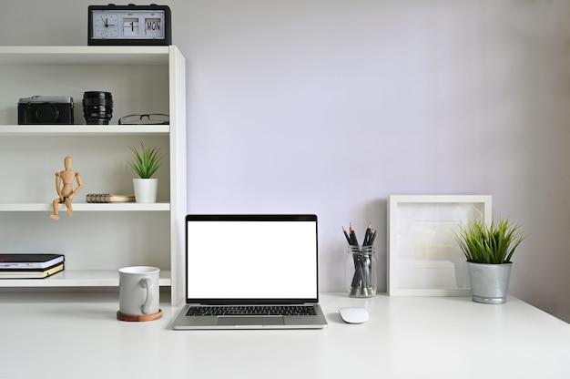 Modelllaptop-computer und kaffeetasse auf arbeitsplatz. Premium Fotos