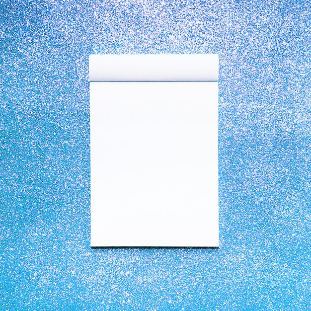 Modellnotizbuch mit blauem funkelnhintergrund Kostenlose Fotos
