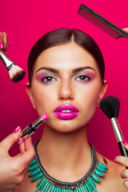 Modellporträt mit perfekter haut, hellem make-up, großen rosa lippen und halskette Kostenlose Fotos
