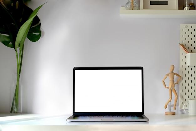Modelltablette mit intelligenter tastatur auf minimaler arbeitsplatztabelle. Premium Fotos